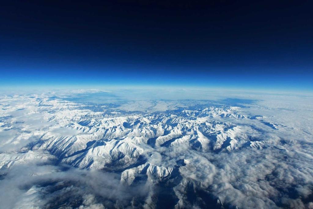 Les Pyrénées vu d'avion, paradis du trail et des traileurs
